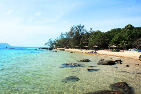 Koh Rong có bãi biển đẹp, bờ cát trắng và mịn, kết hợp với nước trong xanh nhẹ mát dễ làm cho người ta cảm giác như lạc vào chốn thần tiên.