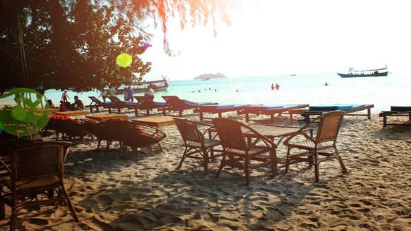 Dọc theo bờ biển của đảo có hàng loạt ghế bố lớn xếp ngay ngắn, dành cho khách nằm nghỉ ngơi miễn phí. Bạn có thể tận hưởng những giây phút thư giãn khi ngả lưng ở đây.