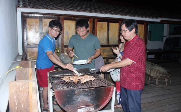 Chúng tôi tự tay chuẩn bị bữa ăn tối. Ai cũng vui và thích thú vì một trải nghiệm không thể nào quên. Nhiều người dân ở Koh Rong - Campuchia biết tiếng Anh, hoặc hàng quán do người phương Tây mở dịch vụ. Bạn có thể dễ dàng giao tiếp với vốn tiếng Anh cơ bản, hoặc sử dụng cử chỉ để diễn tả.