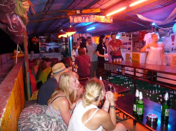 Nếu như đảo Koh Rong Samloem có một sự yên bình nhẹ nhàng phù hợp với việc nghỉ dưỡng, bạn sẽ bắt gặp được cảm giác khác hẳn khi đến với đảo Koh Rong. Đêm ở đây rất náo nhiệt. Quán bar, nhà hàng mọc lên dọc bờ biển với âm nhạc sôi động. Đến Koh Rong, nhớ đừng ngủ sớm, mà dành thời gian để ra bờ biển, uống bia Angkor đặc trưng của nước bạn và hòa mình vào âm nhạc sôi động, thật vui, thật khác biệt.