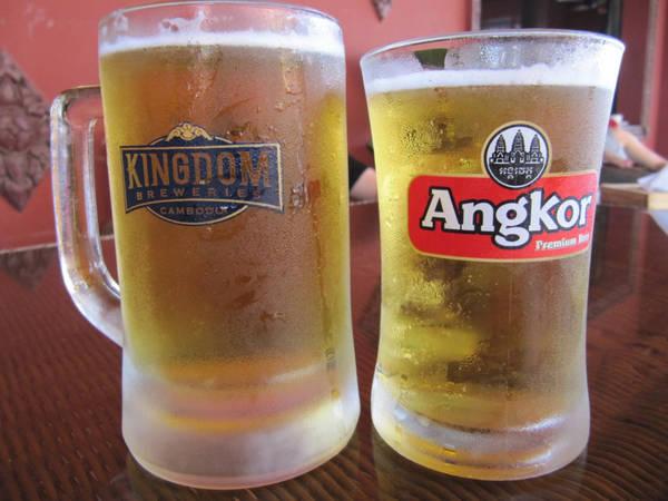 Tới đây bạn cũng nên thử bia Angkor đặc trưng của Campuchia.
