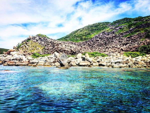 Nằm cách bờ khoảng 6,5 hải lý (12 km), Hòn Mun là khu bảo tồn biển duy nhất ở Việt Nam được Quỹ động vật hoang dã Thế Giới (WWF) đánh giá là khu vực đa dạng sinh học biển bậc nhất ở Việt Nam, với hơn 350 loài san hô quý hiếm được phát hiện. Đặc biệt hơn nữa, nơi này có sự pha trộn của dòng hải lưu nóng và lạnh, nên có rất nhiều loài cá cảnh quý hiếm, được rất nhiều nhà khoa học trong và ngoài nước đến để nghiên cứu và tìm hiểu.