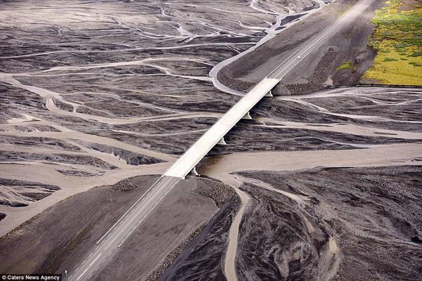 Một cây cầu nhỏ ở Iceland. Những cầu xây dựng trên sông băng đang có nguy cơ bị thiệt hại nghiêm trọng do lũ lụt, xói mòn.