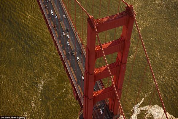 Nhiếp ảnh gia 42 tuổi đã đi đến nhiều quốc gia như Anh, Tây Ban Nha, Iceland để chụp ảnh cầu. Đây là cầu Cổng Vàng, cây cầu nổi tiếng của nước Mỹ, xuất hiện rất nhiều trong các tác phẩm điện ảnh, âm nhạc. Cầu được hoàn thành vào năm 1937, dài 2.737 m, cao 67 m so với mực nước bên dưới.