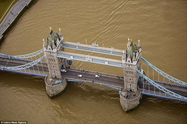 Đây là hình ảnh nhìn từ trên cao của cầu Tháp London (Anh), được xây dựng từ năm 1886-1894, kết hợp cầu nâng và cầu treo.