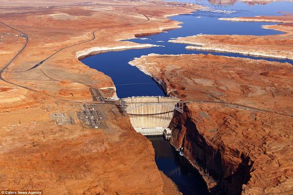 Cầu Glen Canyon nằm ngay bên cạnh đập chắn nước trên sông Colorado, phía bắc Arizona, Mỹ. Cây cầu dài 387 m này đón nhận hàng triệu du khách đến thăm mỗi năm.
