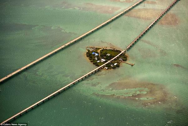 Cầu Seven Mile (Cầu bảy dặm) chạy qua eo biển dài hơn 10 km, nối liền vịnh Mexico và bang Florida, được hoàn thành vào năm 1982. Cây cầu mang tính biểu tượng này từng được chọn làm bối cảnh cho nhiều bộ phim như Quá nhanh quá nguy hiểm, Điệp viên 007: Lệnh hành quyết...