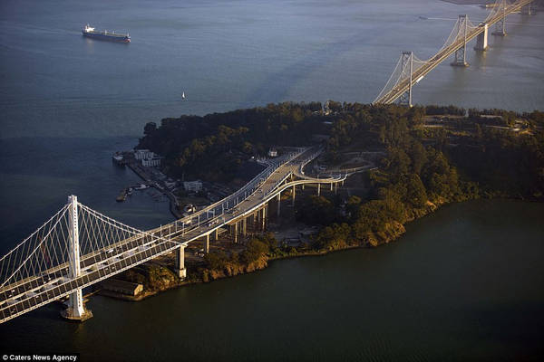 Cầu qua vịnh San Francisco - Oakland khánh thành năm 1936, kết nối 2 thành phố San Francisco và Oakland của Mỹ. Cây cầu này có hai đoạn chiều dài bằng nhau, nối mỗi bờ đến đảo Yerba Buena nằm giữa vịnh.
