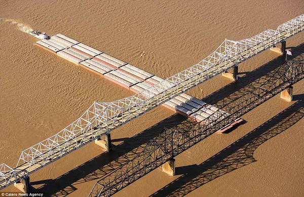 Cầu Old Vicksburg ở bang Mississippi (Mỹ) được xây dựng năm 1930 và được liệt kê trong danh sách các Địa điểm Lịch sử Quốc gia.