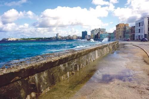 Malecon ven bờ biển - nơi cư dân La Habana và du khách dạo mát