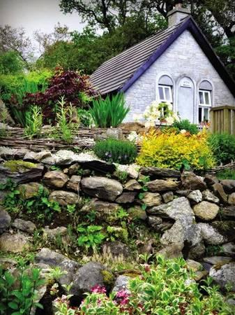 Vườn hoa nhỏ xinh xắn ở Holy Island