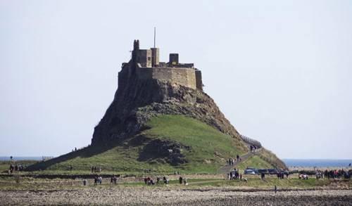 Lâu đài Lindisfarne tọa lạc trên ngọn đồi cao nhất đảo Thánh