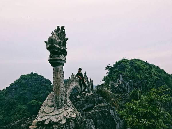 Đây là con rồng nằm ở vị trí cao nhất trên đỉnh núi Múa. Chắc chắn núi Múa là một địa danh không thể bỏ qua khi du lịch Ninh Bình.