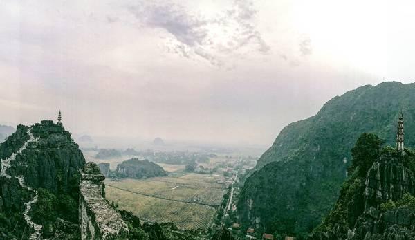 Khung cảnh hùng vĩ mênh mông nhìn từ lưng chừng núi Múa.
