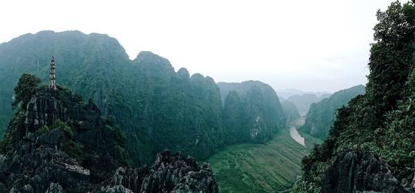 Từ núi Múa bạn có thể nhìn thấy địa danh nổi tiếng Tam Cốc và dòng sông Ngô Đồng hòa mình vào thiên nhiên.