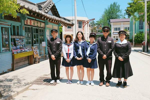 Với những người hâm mộ phim Hàn, phim trường Suncheon nằm ở thành phố Suncheon là địa chỉ không thể bỏ lỡ. Nằm ở Joryedong, phim trường có diện tích 39.600 m2 với hơn 200 ngôi nhà và những con phố có lối kiến trúc của thủ đô Seoul các thập niên 60,70, 80.