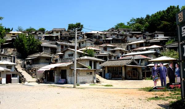 Ngôi làng của người dân nghèo được đặt trên ngọn đồi thoai thoải với nhiều ngôi nhà lụp xụp, nằm chen chúc nhau.