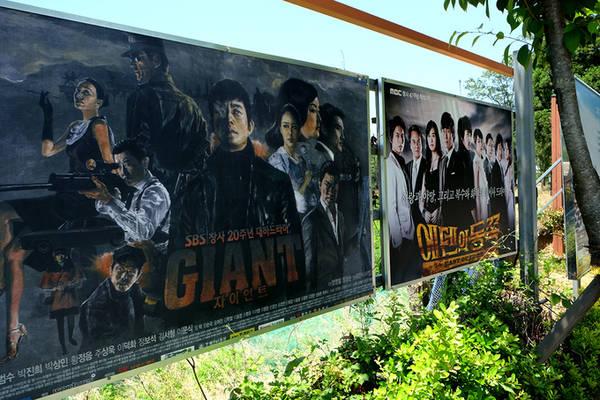 Phim trường Suncheon từng là bối cảnh của hơn 700 bộ phim điện ảnh, truyền hình và show thực tế như East of Eden, Baking King, Kim Tak-ku, Light and Shadows, Heo Sam Gwan, Gangnam Blue, Sunny, Running Man... Phim trường mở cửa tham quan từ 9h đến 18h, giá vé 3.000 won (60.000 đồng) đối với người lớn, 2.000 won (40.000 đồng) với học sinh và 1.000 won (20.000 đồng) với trẻ em.