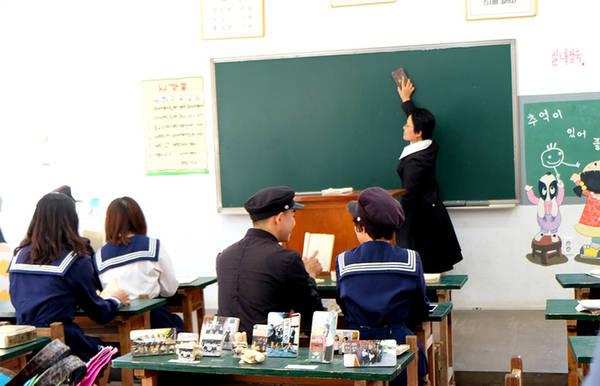 Trong chương trình 'Hallyu Drama Famtour' do Tổng cục Du lịch Hàn Quốc tổ chức, một nhóm du khách Việt Nam đã có dịp trải nghiệm cuộc sống học đường của Hàn Quốc vào thập niên 80.