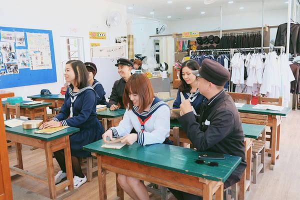Vào mùa cao điểm, khoảng 8.000 du khách ghé thăm phim trường Suncheon mỗi ngày. Các bậc phụ huynh thường đưa con đến đây, cho con khoác bộ đồng phục họ từng mặc, đi bộ trên những con phố cũ và trò chuyện về quá khứ. Với nhiều người, phim trường trở thành nơi kết nối và kéo gần khoảng cách giữa các thế hệ.