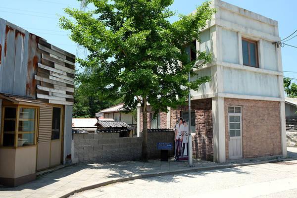 """Ngôi nhà từng là bối cảnh quay phim truyền hình """"Baking King, Kim Tak-ku"""" năm 2010. Tấm poster của hai diễn viên Yoon Shi Yoon, Lee Young Ah vẫn được đặt tại đây."""