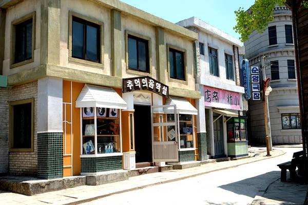 Phim trường Suncheon được chia làm ba khu vực, đại diện cho mỗi thời đại khác nhau. Ở dãy phố dành cho nhà giàu có rất nhiều tiệm bánh, cửa hàng may quần áo, chụp hình...