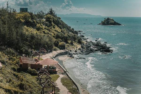 Từ trên đây nhìn xuống, bạn có thể ngắm cảnh biển trời tuyệt đẹp. Phía xa là hòn Bà, nơi có con đường đá xuyên biển chìm ở độ sâu 2 m, chỉ xuất hiện khi thủy triều xuống.