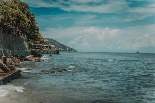 Lái xe trên con đường ven biển tuyệt đẹp, hít hà những làn gió biển mát lạnh, bạn sẽ quên đi mọi ưu phiền trong cuộc sống, quên đi sự bon chen, chật hẹp, ồn ã của cuộc sống nơi thành thị.