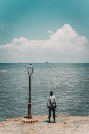 Dừng chân nghỉ lại tại một điểm tuyệt đẹp ven đường, ngắm nhìn biển khơi mênh mang với những con tàu nhỏ xíu phía chân trời...