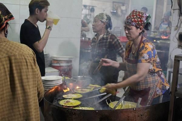"""Từ lâu, bánh xèo bà Dưỡng đã trở thành """"thương hiệu"""" đối với khách du lịch khi ghé thăm Đà Nẵng. Dù giá mỗi đĩa bánh xèo lên tới 55.000 đồng, cao hơn những nơi khác nhưng quán vẫn tấp nập.  Bánh xèo vàng ruộm với rau sống, đu đủ chua và dưa leo. Suốt 30 năm, quán bánh xèo của đại gia đình bà Dưỡng vẫn giữ được hương vị thơm ngon, mộc mạc chính hiệu miền Trung."""
