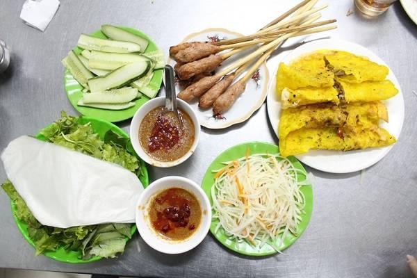 Chủ quán là bà Trương Thị Lai, 77 tuổi, mở quán này đã hơn 30 năm. Bà chia sẻ, nguyên liệu làm bánh phải dùng loại gạo xiệc ở Quảng Nam pha thêm ít bột nghệ để tạo màu và ngâm trong bốn giờ để gạo mềm, mịn, khi chiên trên bếp miếng bánh sẽ có vị dẻo và giòn.