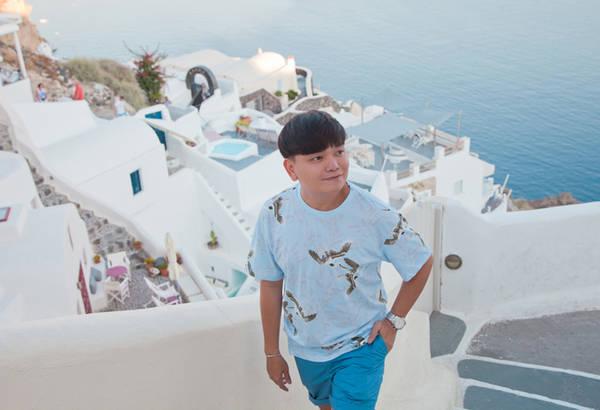 Diễn viên, stylist Trịnh Tú Trung là một người đam mê du lịch nên luôn tìm đến những địa điểm nổi tiếng, từ đó đúc kết nhiều mẹo nhỏ để chia sẻ với mọi người. Trở về từ Santorini (Hy Lạp), anh cho biết không phải ngẫu nhiên mà hòn đảo này lại trở thành thiên đường du lịch, là mơ ước của rất nhiều người.