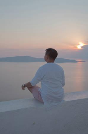 Chắc chắn bạn từng nghe qua Santorini là một trong những nơi có hoàng hôn đẹp nhất trên thế giới. Một lần chứng kiến mặt trời lặn ở đây thật sự khó quên.