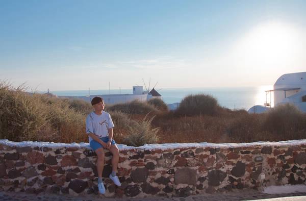 Cũng vì lý do đó trong 3 ngày ở đây, Trịnh Tú Trung đều dành thời gian để tận hưởng khoảng thời gian tuyệt vời này. Có nhiều điểm để ôm trọn hoàng hôn ở Santorini trên đại dương Aegean, nhưng hai nơi có thể ngắm mặt trời lặn đẹp nhất là ở Oia và Fira hay còn gọi là Thira.