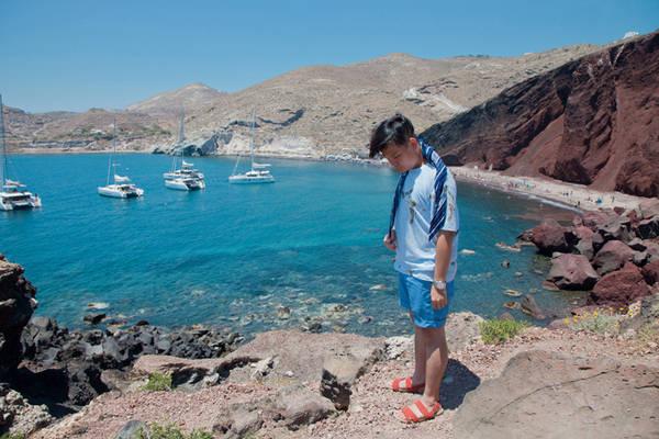 Không chỉ hoàng hôn, Santorini còn sở hữu những bãi biển tuyệt vời mà Trịnh Tú Trung đã có dịp trải nghiệm như bãi biển đen, bãi biển đỏ và bãi biển trắng. Đây là các bãi biển do núi lửa hình thành. Bạn sẽ được chiêm ngưỡng những bãi biển nằm trọn giữa những dãy núi đất đá theo từng màu riêng biệt đen, trắng, đỏ.