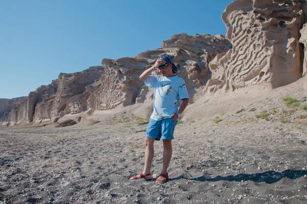 Ở Santorini có một bãi tắm nude, nơi mà người ta có thể hoàn toàn hoà mình vào biển trời. Xung quanh là những dãy núi cát được bào mòn tạo thành những hình khối đẹp không tưởng.