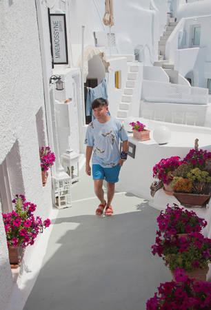 Santorini nổi tiếng với những căn nhà hai màu xanh và trắng. Theo quy định của Chính phủ Hy Lạp thì những ngôi nhà ở đây chỉ được sơn với hai màu xanh và trắng, và đặc biệt chỉ có nhà thờ thì mới được sơn mái màu xanh dương. Nhưng những năm gần đây, với sự phát triển mạnh mẽ về du lịch, hòn đảo xinh đẹp này đã có thêm nhiều màu sắc, nhưng cũng chỉ gam màu pastel mới được sử dụng.
