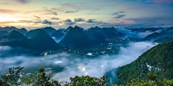 Đứng trên đỉnh Nà Lay, du khách có thể ngắm toàn cảnh thung lũng Bắc Sơn bao phủ trong màn mây trùng điệp.