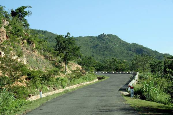 Từ đây, chúng ta sẽ đi qua xã Phú Lạc nơi có đồng bào Chăm Bàlamôn sinh sống, tiếp đến là xã Phong Phú với những cánh đồng mênh mông. Sau đó là chặng đường vượt qua những con đèo khúc khuỷu, một bên là vách núi, một bên vực sâu.