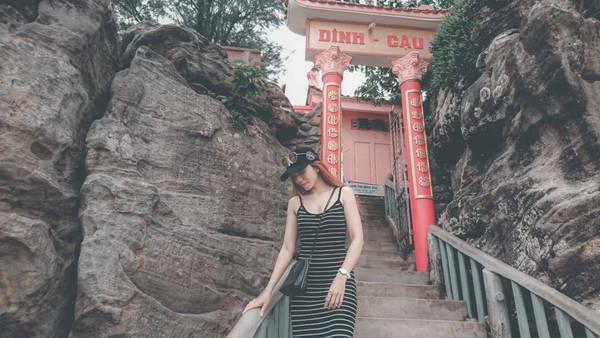 Điểm tham quan đầu tiên trong buổi chiều này là Dinh Cậu - một ngôi đền nhỏ của ngư dân đảo Phú Quốc thờ Cá Ông. Đây là nơi được mệnh danh là điểm ngắm bình minh và hoàng hôn lý tưởng nhất Phú Quốc.