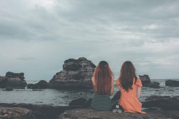 Phía ngoài Dinh Cậu có nhiều mỏm đá chụp hình sống ảo rất đẹp. Tôi thấy biển xanh trải dài, những con sóng bạc đầu đua nhau tấp vào bờ dữ dội. Hình như hôm nay biển động. Biển buồn chăng hay chỉ là nét đặc trưng của biển vừa ồn ào vừa lặng lẽ?