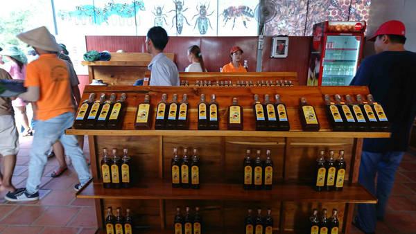 Ai muốn mua mật ong sẽ được trực tiếp chứng kiến công đoạn lấy mật ong cho mình. Ngoài ra ở đây cũng bán rất nhiều sản phẩm được làm từ mật ong rất ngon.