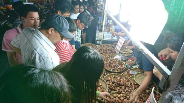 Tranh thủ đi chơi chợ đêm, ở đây có rất nhiều quán ăn với những món hải sản tươi rói, có cả cafe bar và pub như phố Tây Bùi Viện Sài Gòn, nhiều đồ lưu niệm, hải sản hay đậu phộng phủ các vị, có thể mua về làm quà.