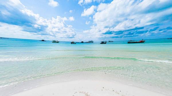 Thật không thể tin được! Tôi đã tới nhiều bãi biển, nhưng phải thừa nhận rằng nước ở đây xanh trong vắt, cát trắng phau như pha lê, mịn màng. Tuyệt vời làm sao!