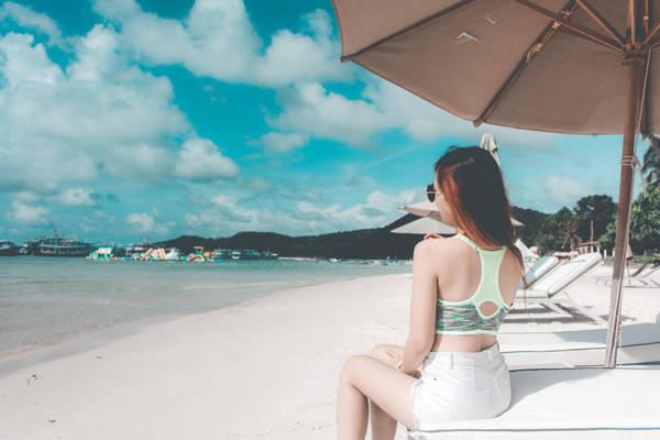 Hãy cứ nhắm mắt và tưởng tượng về những ngày nắng rực rỡ. Bạn ngồi đây, giữa không gian mang cảm hứng nhiệt đới đầy tươi mát, nghe tiếng sóng vỗ, tiếng gió thổi, người nhún nhảy theo tiếng nhạc thì tuyệt.