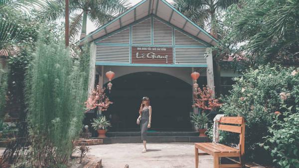 Chúng tôi quay trở về 11h vừa kịp đi cùng đoàn tham quan các điểm nổi tiếng nơi đây. Đầu tiên xe dừng ăn trưa ở nhà hàng Lê Giang.
