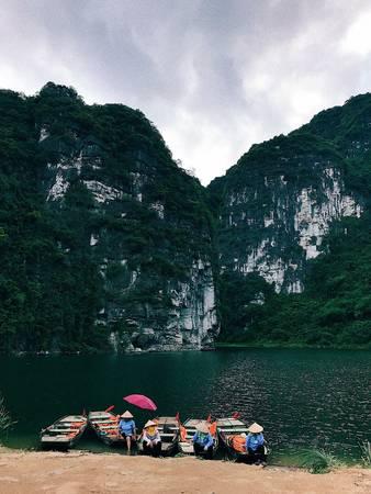 Hình ảnh những cô chèo thuyền chờ khách bỗng trở nên thật nên thơ bên cạnh một Tràng An quá đỗi hùng vĩ.