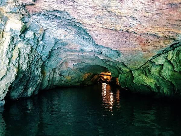 Những hang động được lắp đèn chiếu sáng để giúp du khách dễ dàng quan sát.