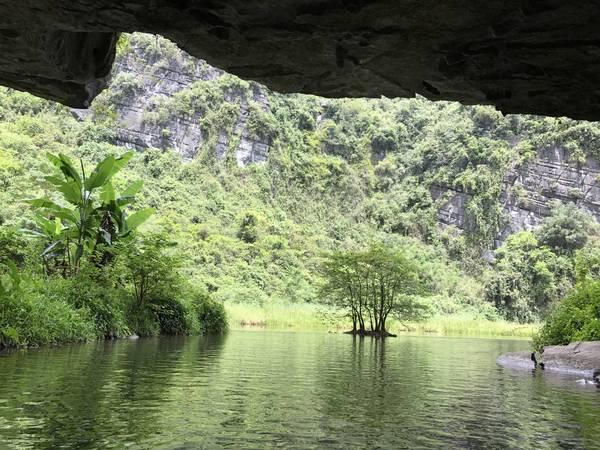 Mỗi khi qua một hang động lại cho người đi một vẻ đẹp khác nhau.