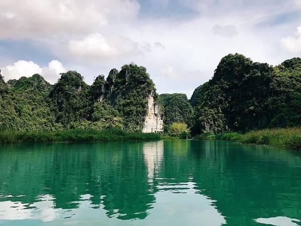 Trên cùng một khúc sông nhưng có đoạn sông màu lam lại có đoạn màu lục rất đặc biệt.